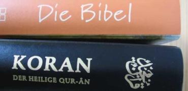 Bibel auf einem Koran